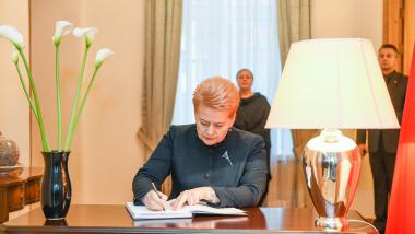 Prezidentė pasirašė Turkijos ambasados užuojautų knygoje