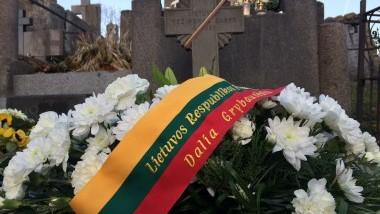 Iškilių lietuvių kapai papuošti Prezidentės gėlių vainikais